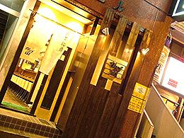 木の温もりを感じられる店内の雰囲気と同じ、木目と暖かな明かりが特徴的な入り口です。